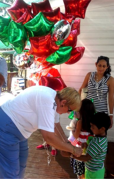bev-macnellis-treasurer-gives-balloons-to-the-kids