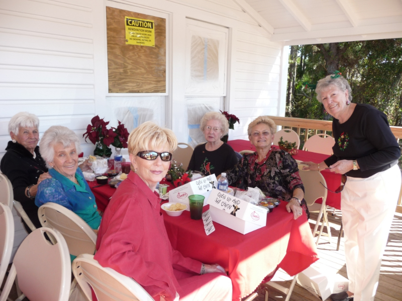 maryann-weenen-greeting-guests-on-the-porch